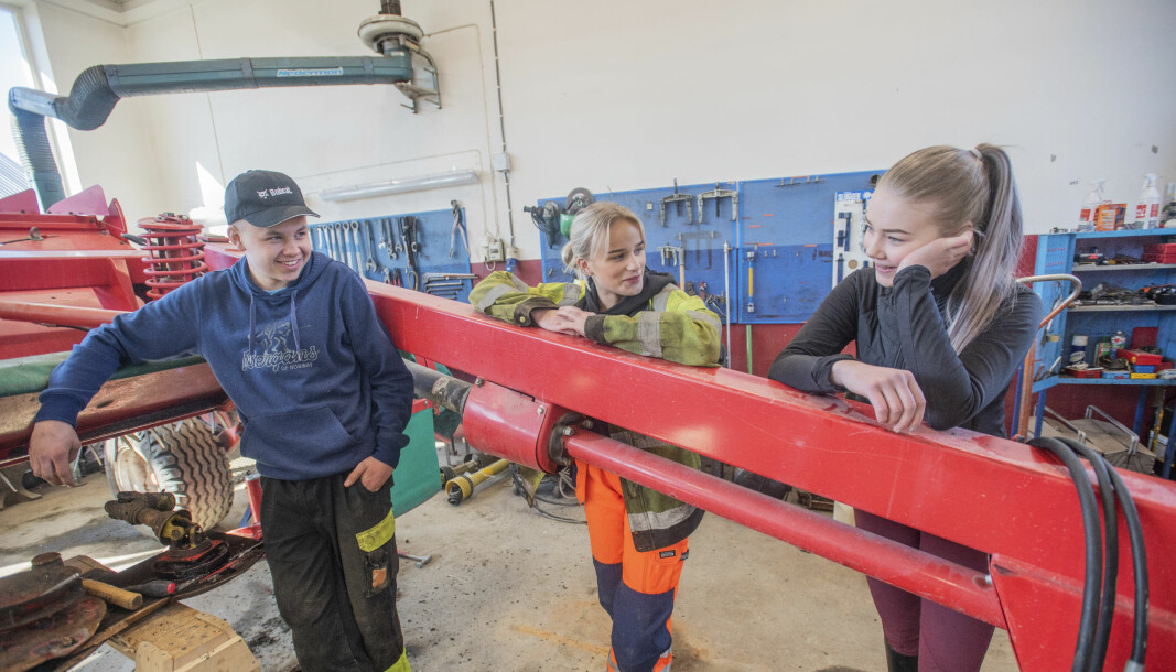 Naturbrukselevene Emil Kaldahl Wold (f.v.), Beatrice Reisch og Heidi Ulleberg Bye ser store fordeler med å få elever som utdanner seg til landbruksmekanikere på skolen. I dag er det ansatte og innleid personell som reparer traktorer og annet utstyr på skolen.