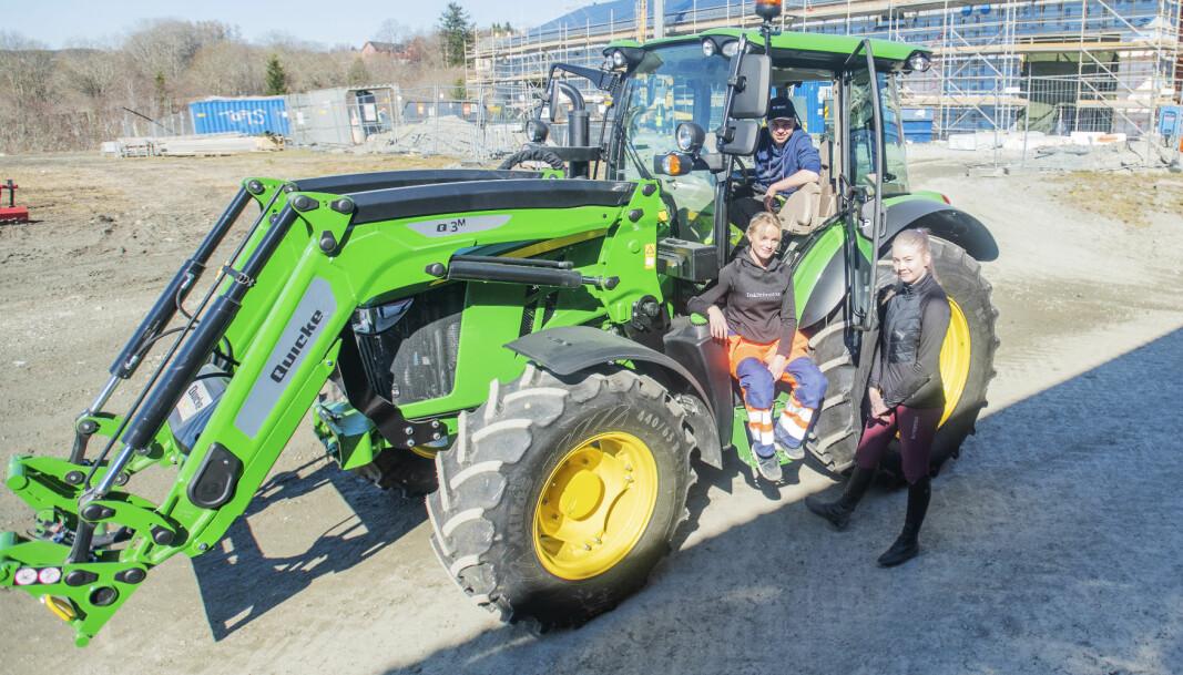 Vg1-elevene Emil Kaldahl Wold (i traktoren), Beatrice Reisch (sittende i midten) og Heidi Ulleberg Bye går alle naturbruk. De sier alle det vil bli et stort pluss at skolen nå starter utdanning av landbruksmekanikere.