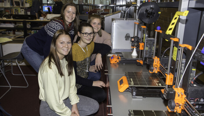 3D-printerne i skaperverkstedet summer og går når elevene har bruk for dem. Her er, fra fremst til bakerst: Lene Husebø, Mathea Ofstad, Emilie Surdal Erland og Eili Susort. Alle fra vg2 interiør og utstillingsdesign.
