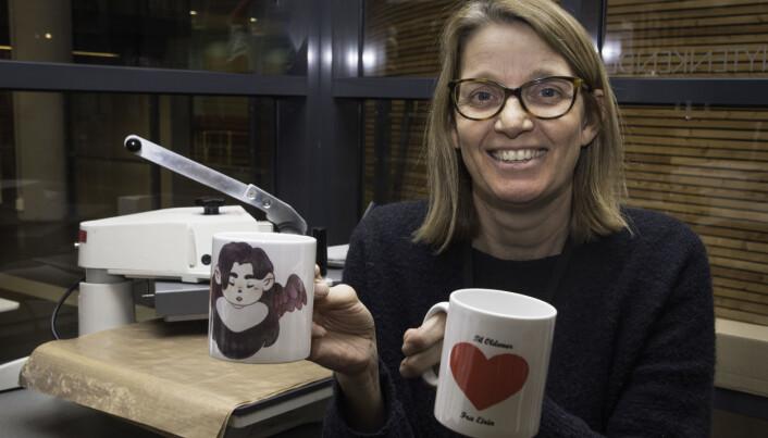 På skaperverkstedet finnes utstyr til lasertrykk på kopper, viser bibliotekar Lena Dommersnes, som veileder i bruk av de digitale hjelpemidlene.
