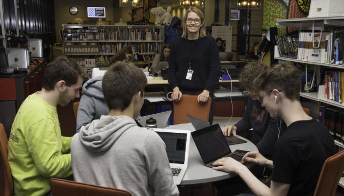 Bibliotekar Lena Dommersnes har aldri hatt så god kontakt med elevene som etter at skaperverkstedet ble opprettet.