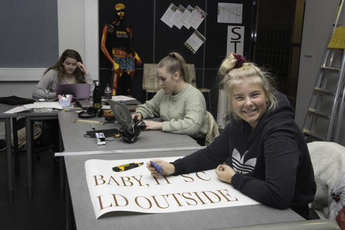 Nora Berge fra vg3 utstillingsdesign med sjablonger til tekst som skal gjøres ferdig. Hun ønsker seg praksis i faget.