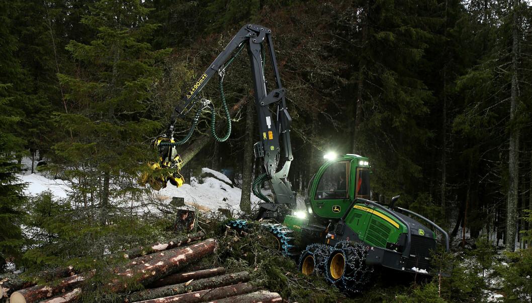 Her er vidundermaskinen til fire millioner kroner i full sving på Finnskogen. Ved spakene sitter elev Adrian Andreassen (17). Bak ham i førerhuset står instruktør Jonas Karpow.