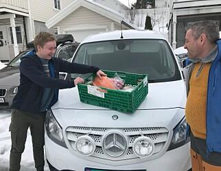 Kjører matkasser hjem til kokkeelevene i korona-tiden