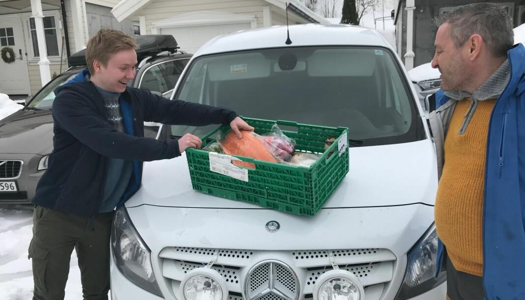 Faglærer Roger Grasdal leverer matkasse til elev Oscar Gundersen, som må utfolde seg på kjøkkenet hjemme i korona-perioden.