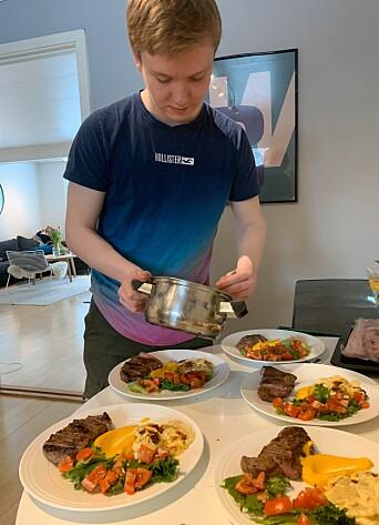 Elev Oscar Gundersen i gang med danderingen hjemme i eget kjøkken.