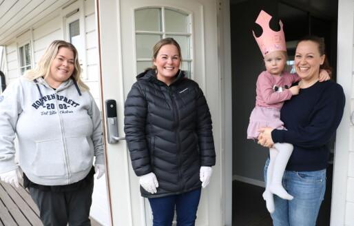 Barnehageansatte kom hjem med bursdagskronen til Mathea (4) under koronakrisen
