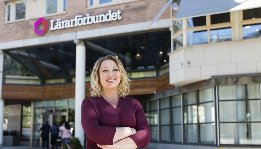 Leder Johanna Jaara Åstrand i Lärarförbundet er tett på både utdanningsministeren og folkehelsemyndighetene i Sverige for å kunne gi medlemmene daglig oppdatert informasjon.
