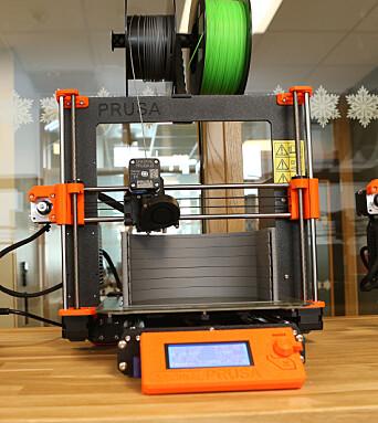Plast i tynne tråder føres ned i 3D-printeren, varmes opp, smeltes til flytende konsistens og presses ut gjennom en dyse. Bøylene produseres lag på lag med 0,3 millimeter plast.