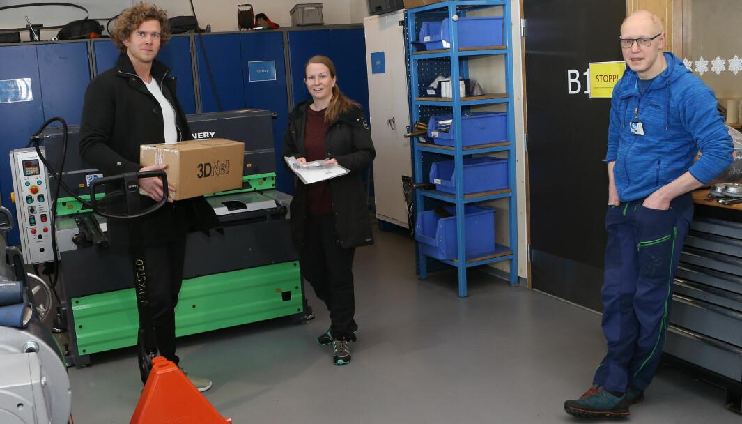 Bård Krog Vinge (t.h.) har gitt en kasse med visir til Mari Øyan og Anders Skyvulstad som tar den med til Os kommune.