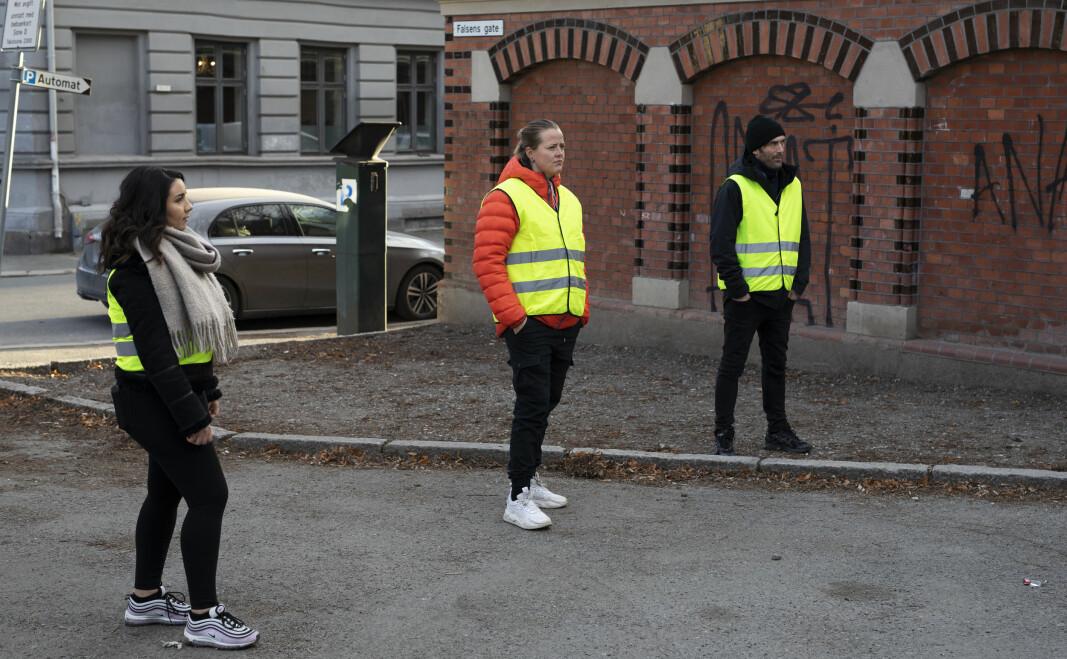 Bydelskontaktene på Gründerløkka, Salima, Ingunn og Gunnar, jobber utendørs for tiden.
