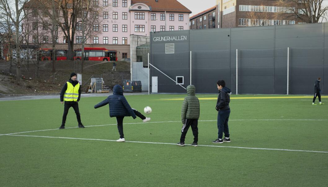 Gunnar spiller litt ball med noen av barna de møter ute denne ettermiddagen.