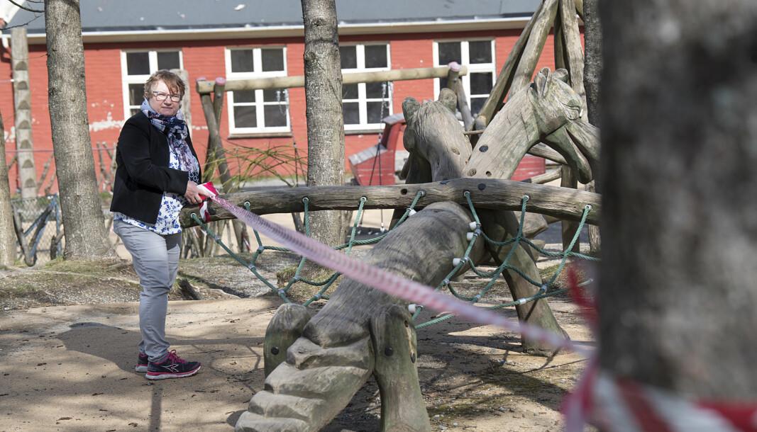 Årstad brannstasjon barnehage i Bergen forbereder seg på gjenåpning og styrer Grethe Haugland sperrer av områder ute på lekeplassen. De ulike gruppene med barna skal ha faste plasser når de er ute og leker.