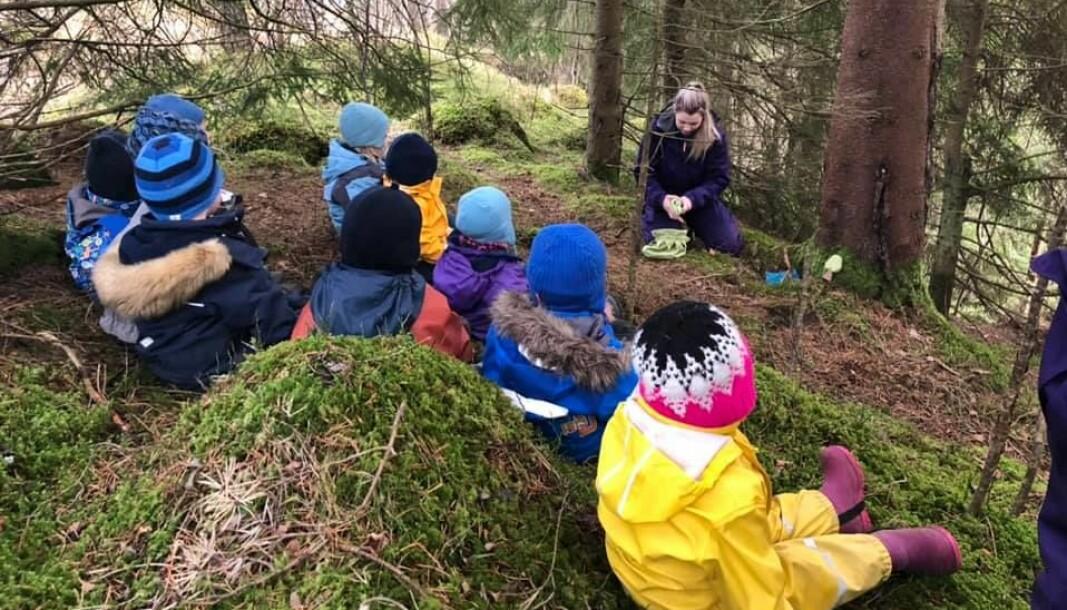 Barne i Astaddalen museums- og friluftsbarnehage er vant til å være mye utendørs. Her er de på tur i skogen før barnehagen ble korona-stengt.