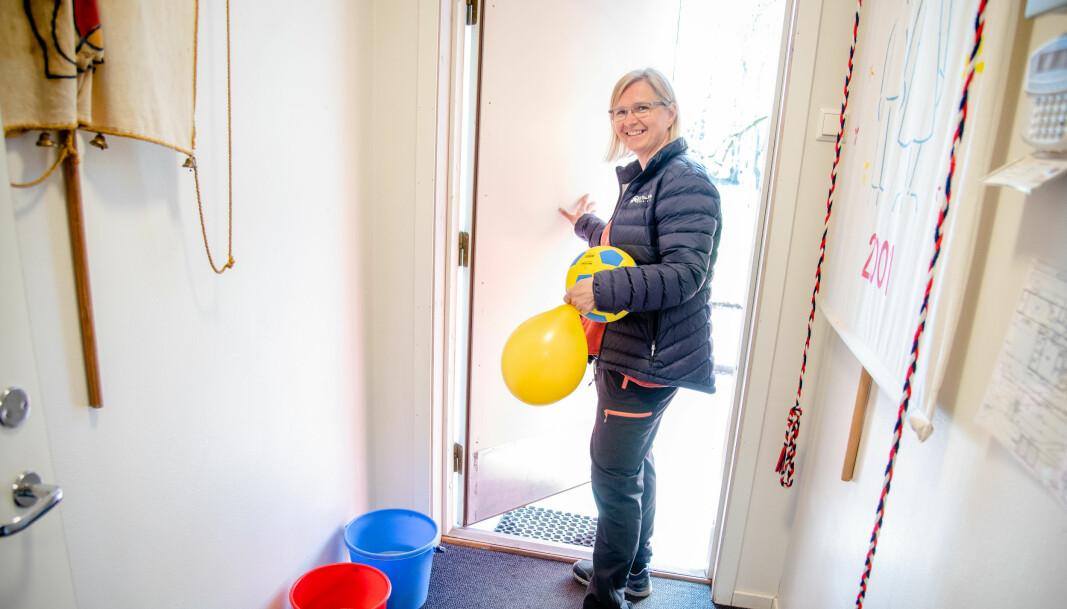 Vaskebøttene med grønnsåpe står klare for at Turid de Besche og de andre ansatte kjapt og lett kan vaske der det trengs.