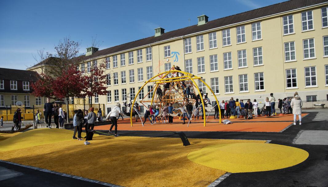 Kampen skole i Stavanger har fått oppgradert skolegården, men størrelsen er den samme. Skolen er en klassisk byskole med bygg i hesteskoform rundt en nokså liten skolegård.