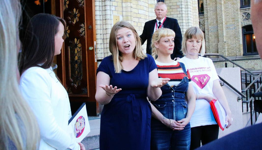 Caroline Omberg, her fra den ganagen Foreldreopprøret overleverte daværende kunnskapsminister Jan Tore Sanner 26.000 underskrifter fra foreldre som ønsker økt bemanning i barnehagene.