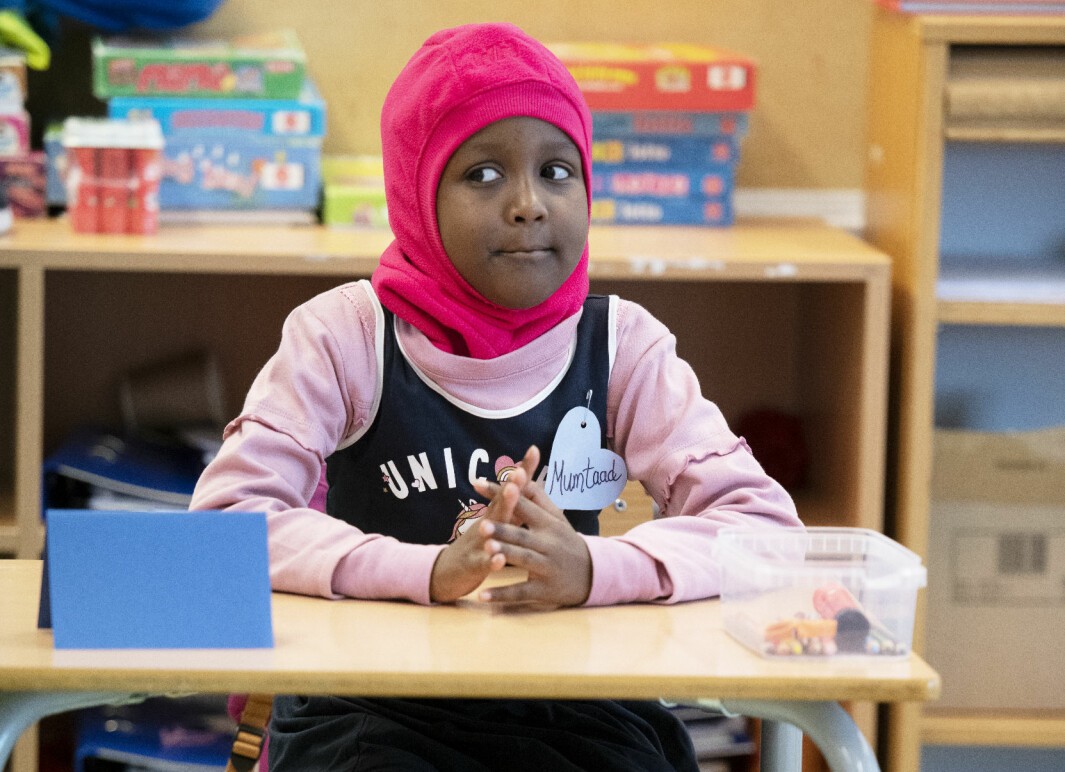 Muntaad har sin aller første skoledag. Hun kommer fra Somalia. Gørild fikk vite om den nye eleven klokken elleve kvelden før skolestart, og måtte hive seg rundt og planlegge.
