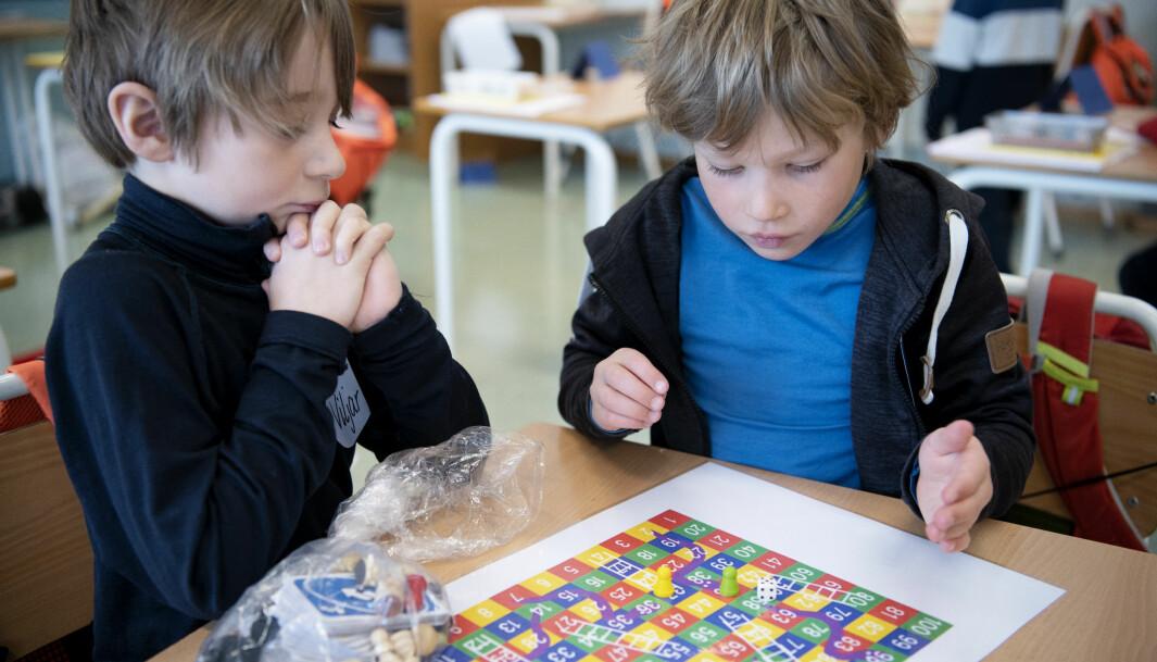 Viljar og Isak spiller stigespill. Det er gjort klart en lekekasse som bare inneholder leker som kan vaskes.