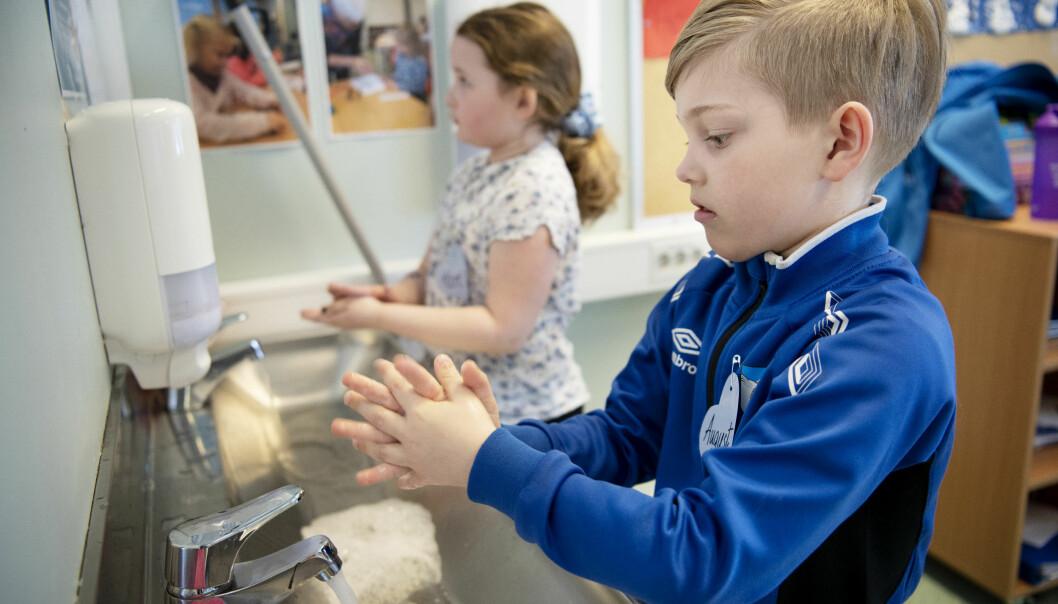 August og Kari vasker hendene grundig før og etter maten.