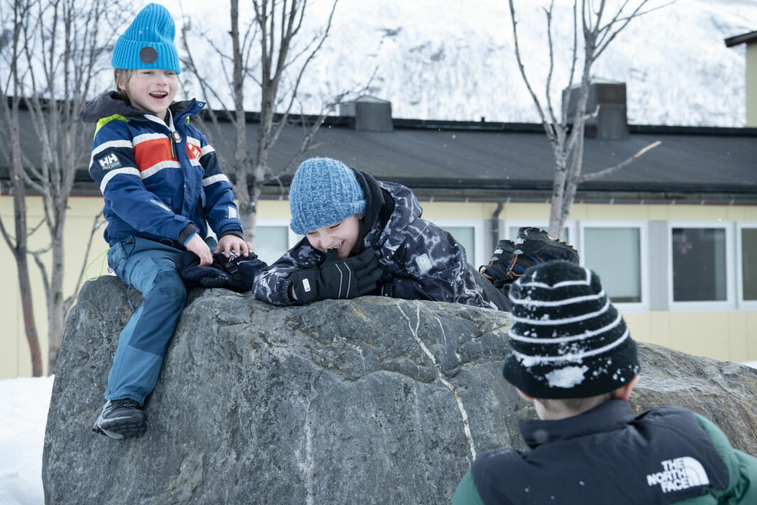 Første friminutt etter skoleåpningen! Isak, Ola og Viljar leker ute. Skolegården er delt opp i områder som går på omgang mellom kohortene.