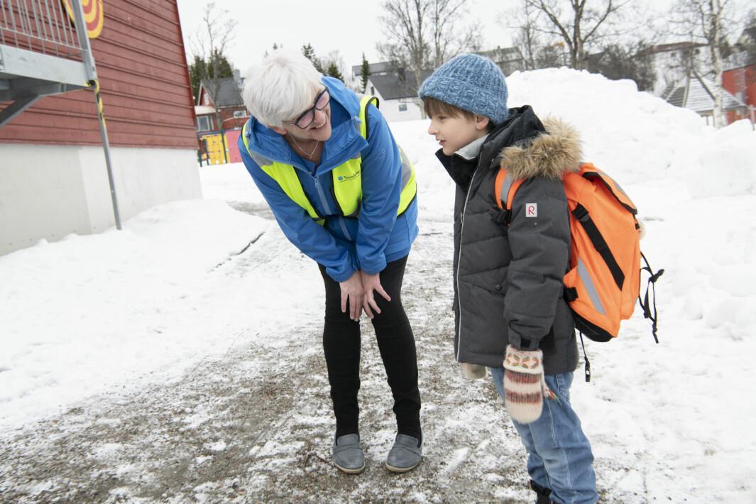 Gøild ønsker Ola vekommen tilbake til Tromsdalen skole. Hun er lærer for blå kohort og har kledd seg i blått for anledningen.