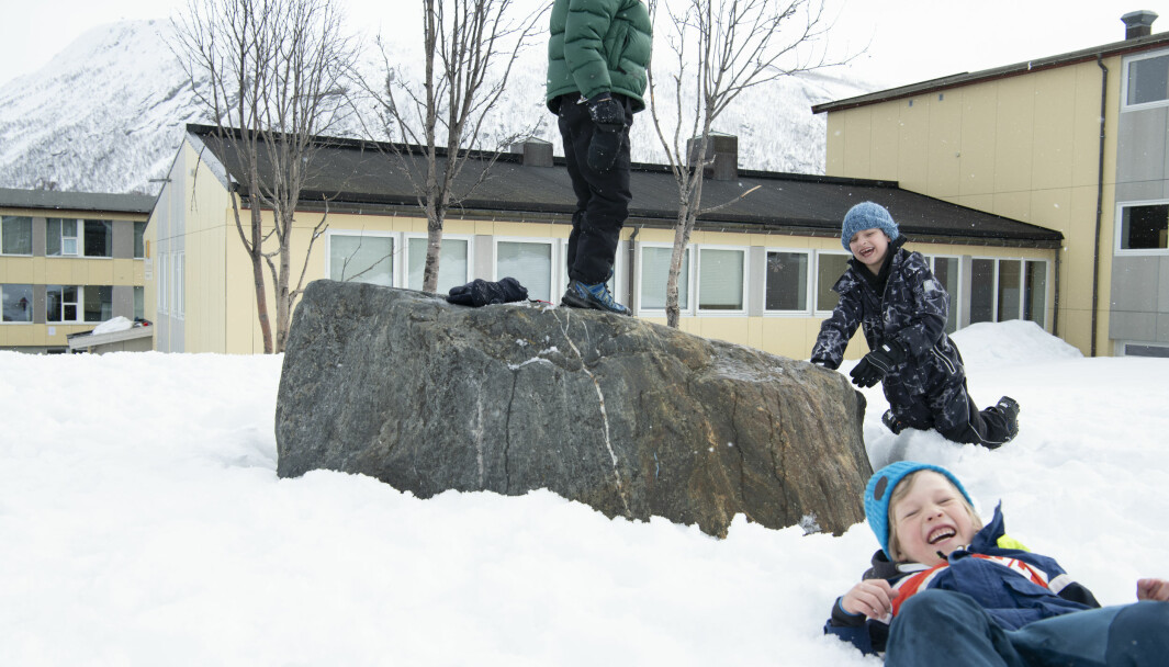 Guttene herjer og leker i friminuttet. – Det fine med snøen er at de alltid har noe å holde på med, mener lærer Gørild.