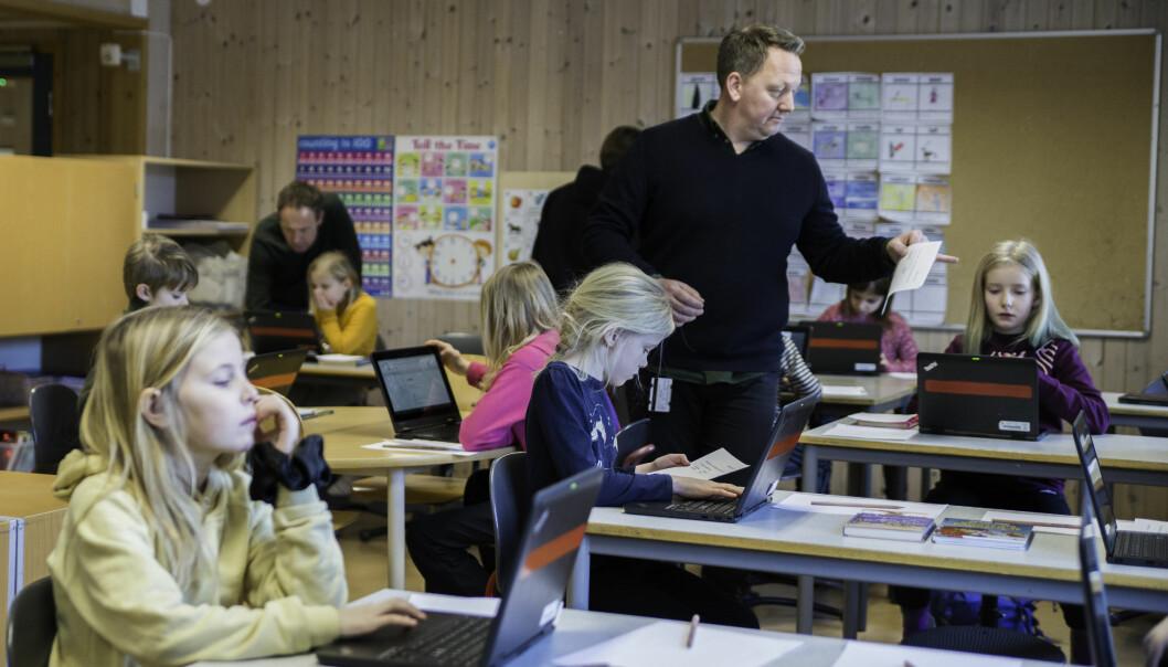 Stian Tømmerdal fra Matematikksenteret er med på utprøvingen ved Vikåsen skole. Tredjeklassingene tar oppgaven med å teste ut den adaptive prøven alvorlig.