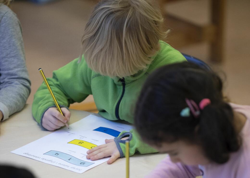 Lærere har lært mye om digitale utstyr og læremidler, men i den første perioden med fysisk skole anbefaler forsker at teknologien legges litt bort. foto: