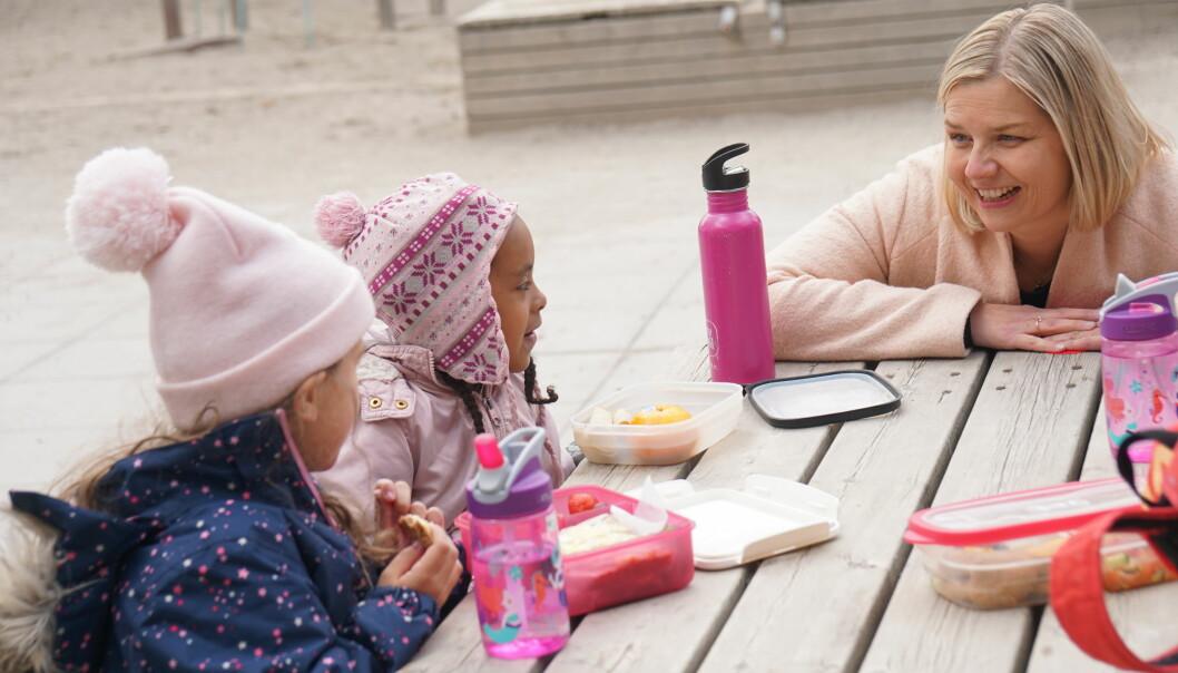 Maya og Judi forklarer Melby om koronadagene.