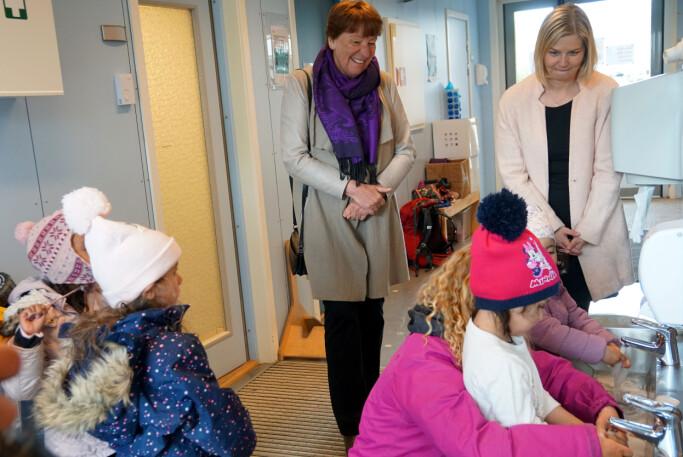 Vaskingen går som en lek synes, Judi, Michelle, Maya og Asiya.