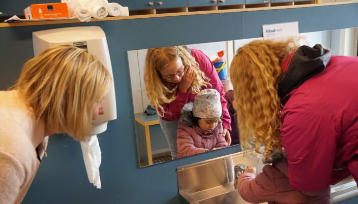 Asiya viser Melby at hun er blitt vant til vasking.