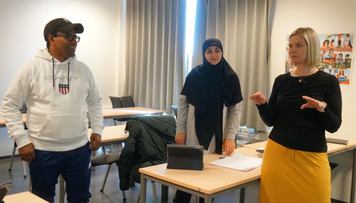 Mohammed Liton og Aisha Almohamad sier til Melby at det er lettere å lære norsk på skolen enn hjemme.