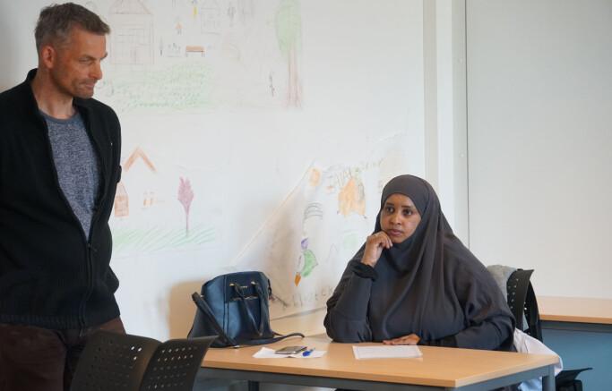 Lokalpolitiker Bjørn Ivar Gran får vite at student Farah Casoowe foreløpig mistet praksisplassen sin da Thon-hotellet hun jobber på stengte ned.
