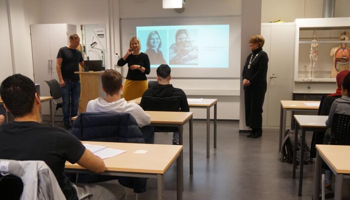 Guri Melby og Lørenskog-ordfører Ragnhild Bergheim (Ap) på besøk i kombinasjonsklassen.