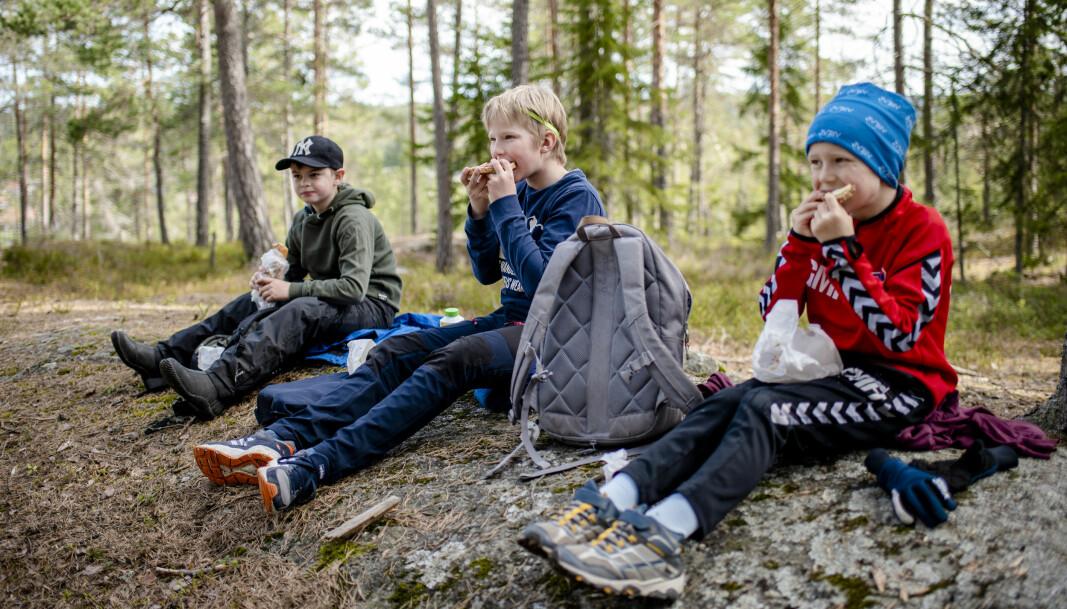 Tobias, Oliver og Georg er glade for å være tilbake på skolen, men savner enkelte som ikke er i deres gruppe.  – Jeg savner kjæresten min, sier Oliver (i midten).