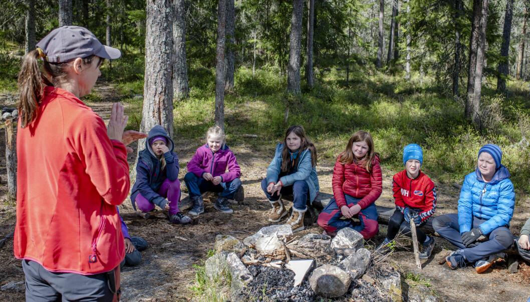 Lærer Hanne Kummeneje Kilskar tar en liten oppfriskning i symmetri og symmetrilinje før elevene setter i gang.