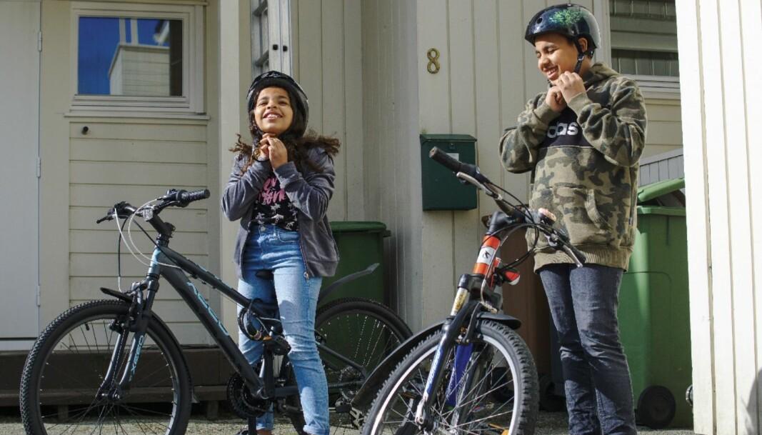 Sofia (10) og Colin (12) har lengre friminutt enn vanlig, men når de tilbringes på to hjul, går de likevel raskere.