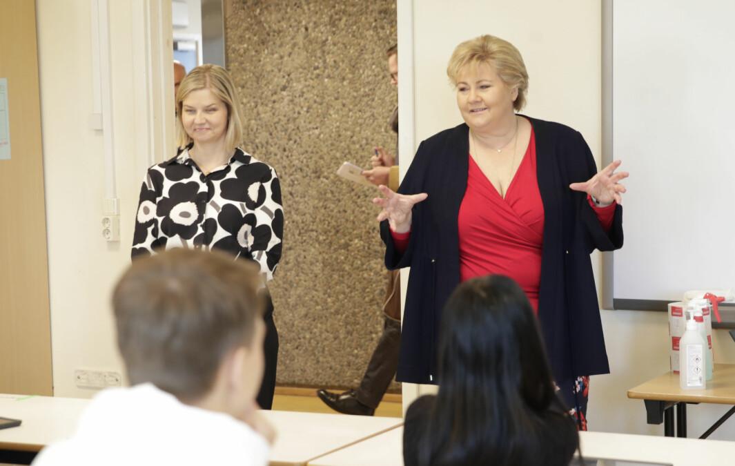 Statsminister Erna Solberg (H) og kunnskaps- og integreringsminister Guri Melby (V). Bildet ble tatt da de besøkete 10. trinn på Apalløkka skole på Ammerud i Oslo.