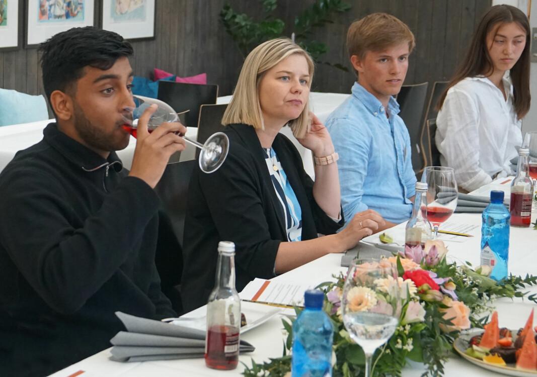 Elevrådsleder Rohan Rajesh Sharma, Guri Melby og elevene Teodor Paulsen Lund og Mina Galaas.