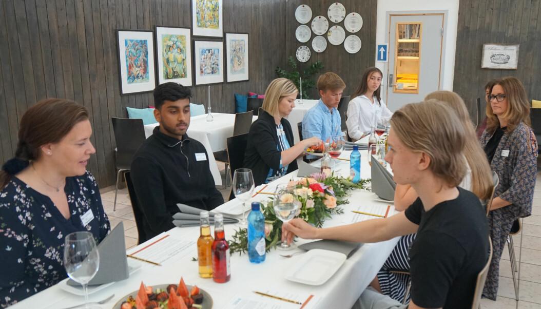 Marit Helene Aschehoug, t.h. elever og lærere fortalte Melby om skolehverdagen.