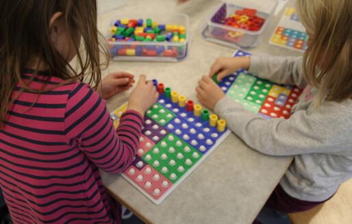 Mindre barnegrupper med tilstedeværende voksne skaper trygghet og trivsel i barnehagene