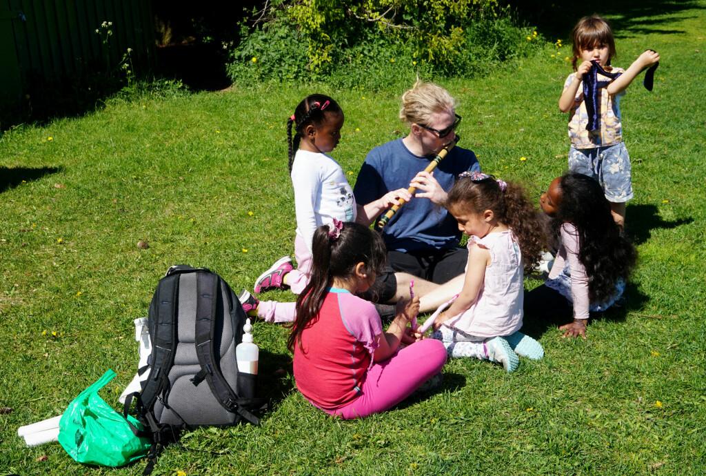 Patrick spiller og jentene synger.