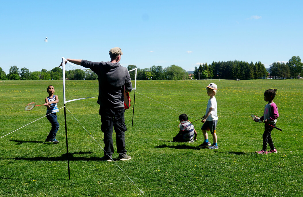 Thomas lærer bort triks i badminton.