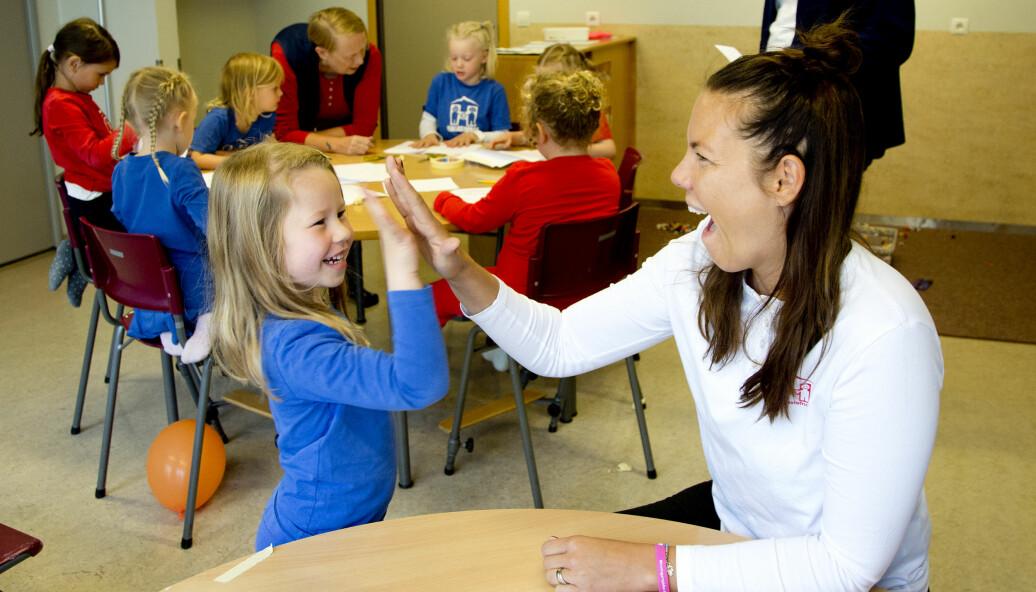 Daglig leder Íris Helga tar «give me five» med Ásta Marín. De ansatte jobber for at jentene skal lære å ta mer plass.