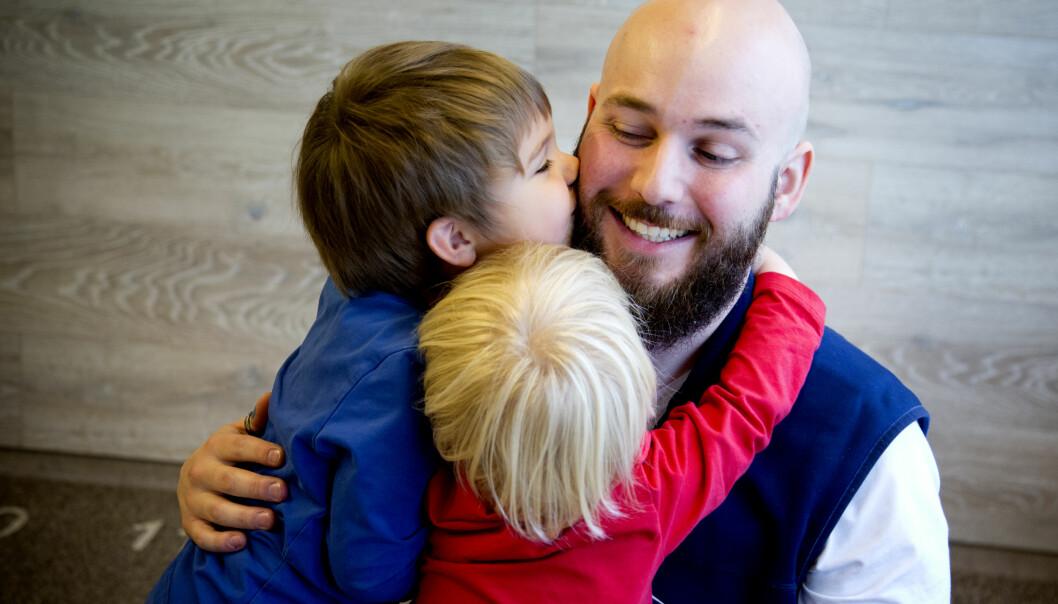 Guttene trener på empati og omsorg ved å klemme hverandre og Benjamin Malmborg, som er psykomotorisk terapeut.