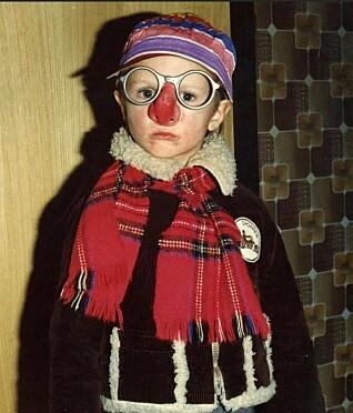 Søstrene til Tore Petterson kledde seg ofte ut da de var små, og da ville Tore også det. Han følte seg trygg på førskolen, men ble mobbet som feminin på skolen, og er takknemlig for at moren sa han aldri måtte forandre seg.