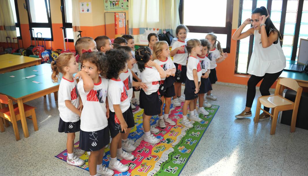 Norske Victoria Nymo Heltzen går i en klasse med spanske, kinesiske, engelske og nederlandske barn i barnehagen Colegio Arenas Sur på Gran Canaria. Her har barna engelskundervisning med lærer Joanne Doublett.