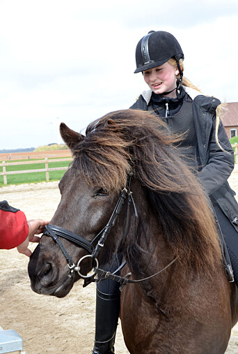 Ea på hesten sin.