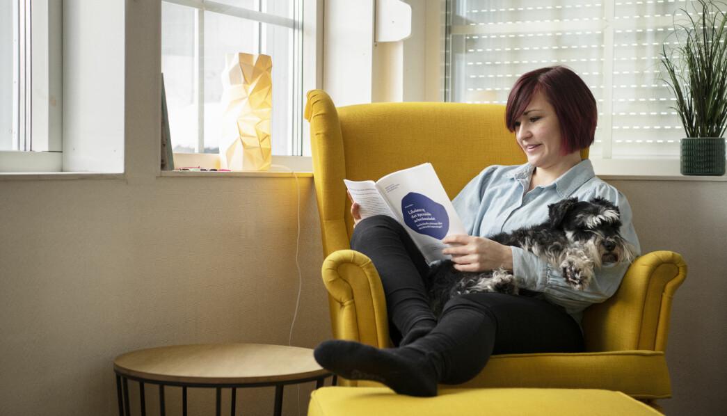 Ny leder Ann Mari Milo Lorentzen i Kontaktforum barnehage i Utdanningsforbundet elsker å lese stortingsmeldinger. Da hender det ofte dvergschnauzeren hennes, Akilles, ligger i armkroken.